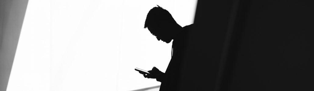 Man med iphone